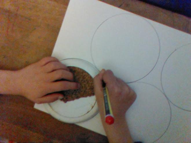 Trazado de los círculos en el reverso de la cartulina
