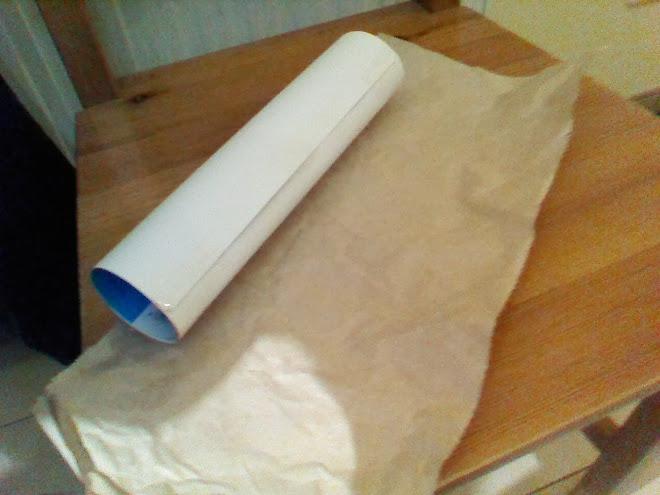 Cilindro y papel de embalar arrugado
