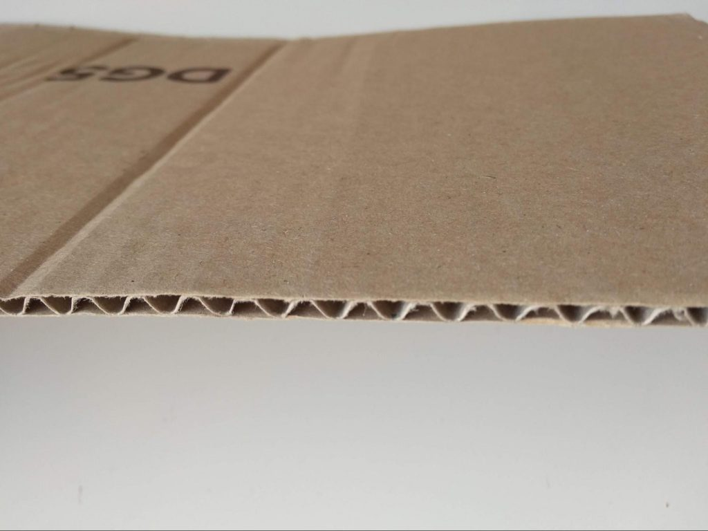 Detalle del cartón corrugado mostrando el medium y los liners
