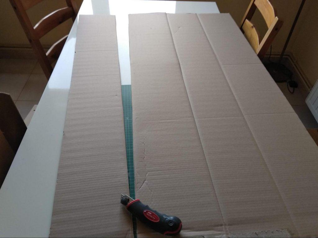 Cortando la caja en láminas para obtener las piezas del estante