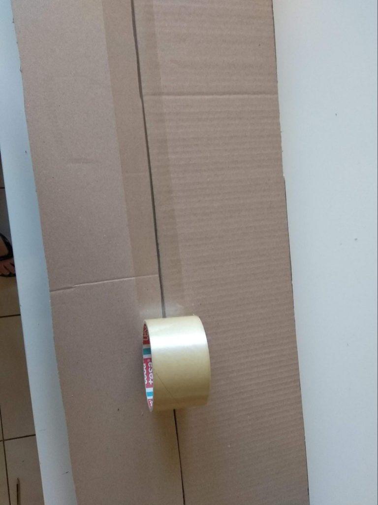 Dos láminas unidas con cinta adhesiva para conseguir el tamaño necesario