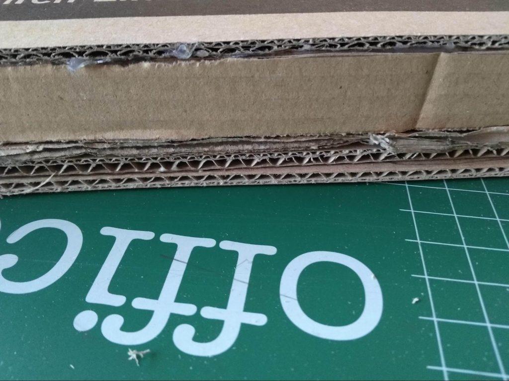 Detalle de la estanteria de cartón reciclado donde se aprecian todas las láminas de refuerzo