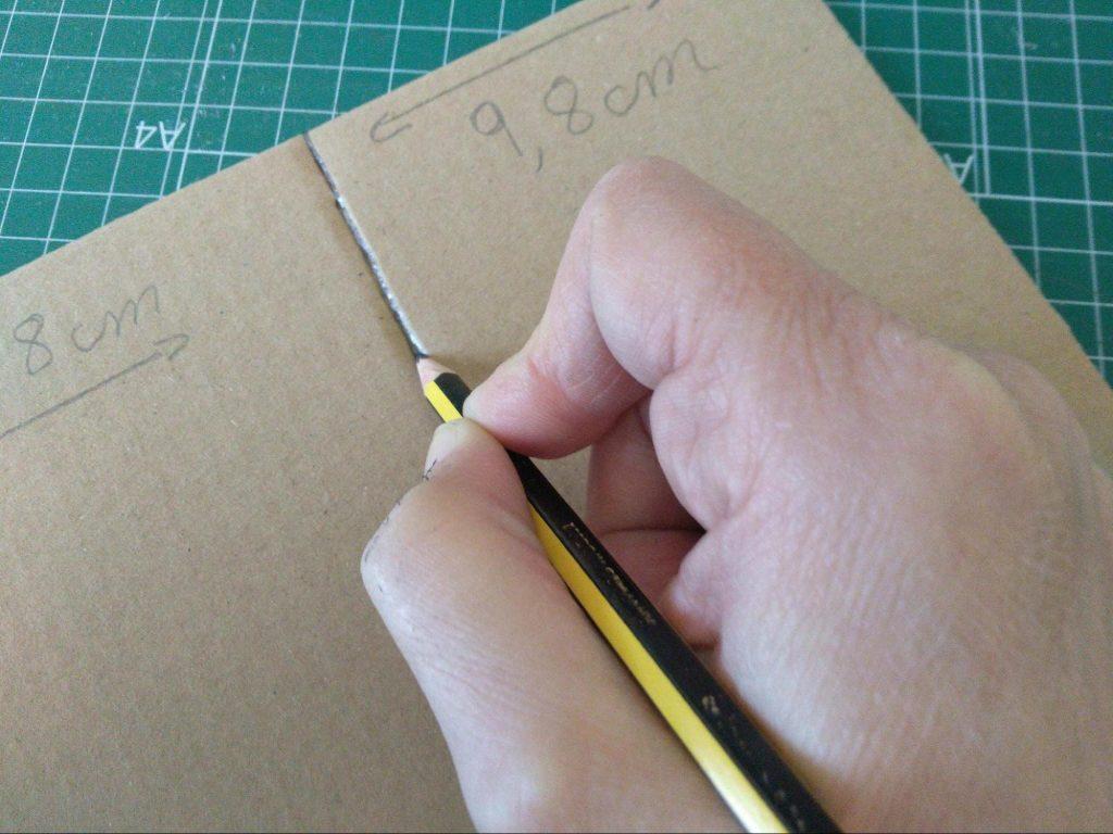 Rasgado de los liners del cartón con la ayuda de un lápiz