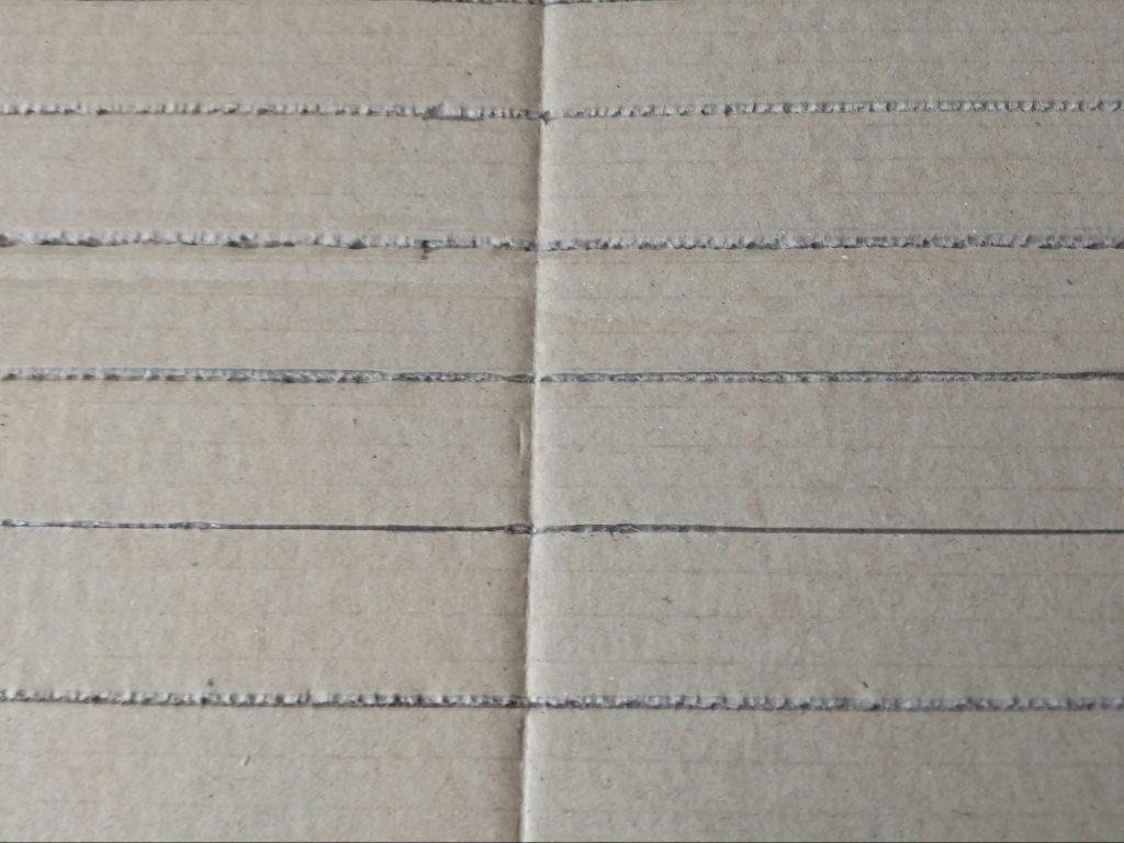 Marcando las tiras en la lámina de cartón