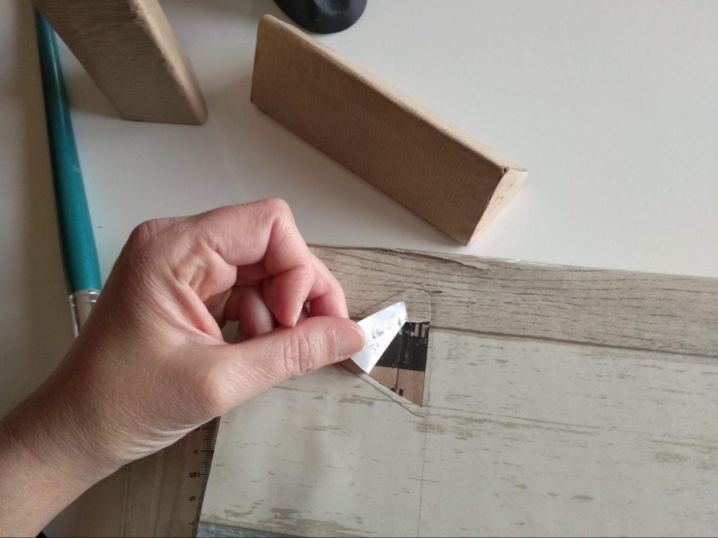 Removiendo el papel adhesivo cortado anteriormente