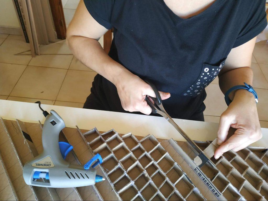 Proceso de construcción del entramado interno de la estanteria de cartón