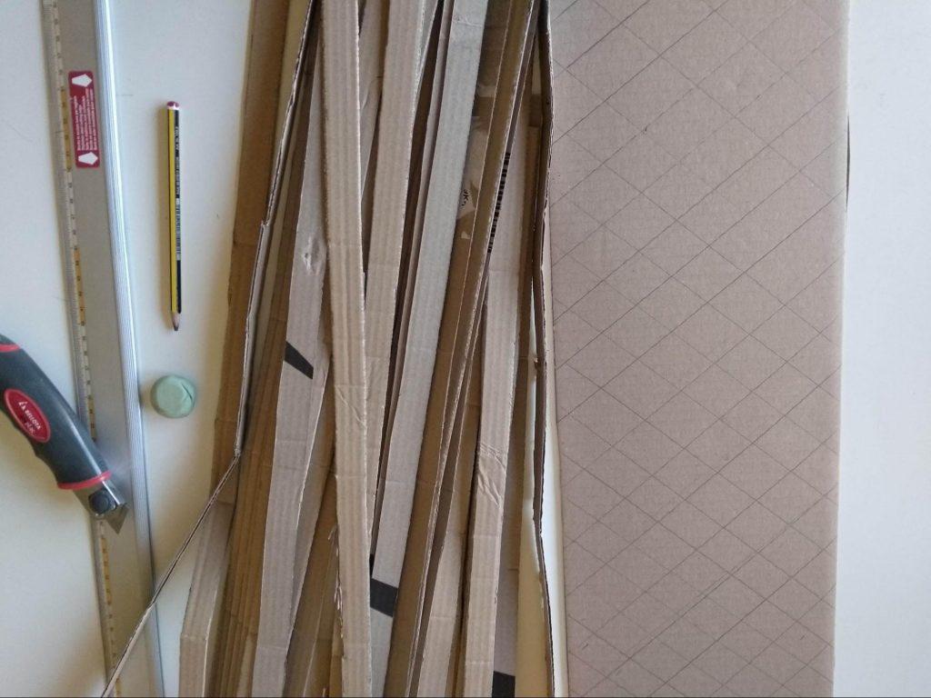 Lámina con las guías del entramado interno en forma de colmena y las tiras de 2 cm preparadas para hacer la estructura.