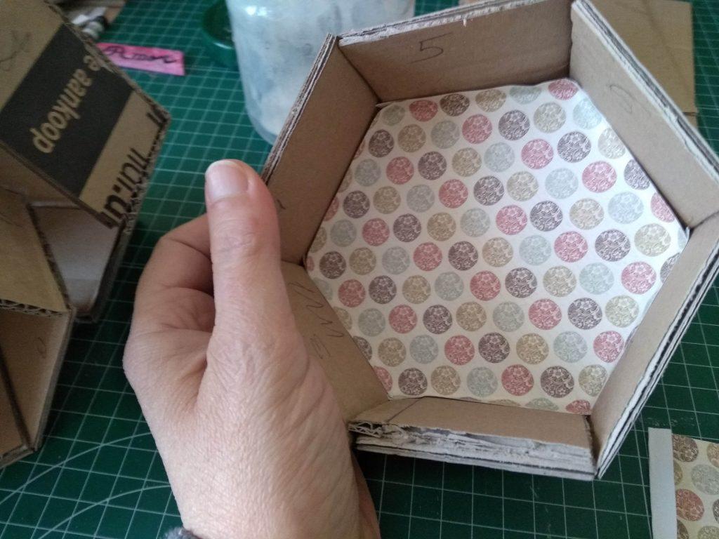 Detalle del fondo del estante con el papel decorado ya puesto