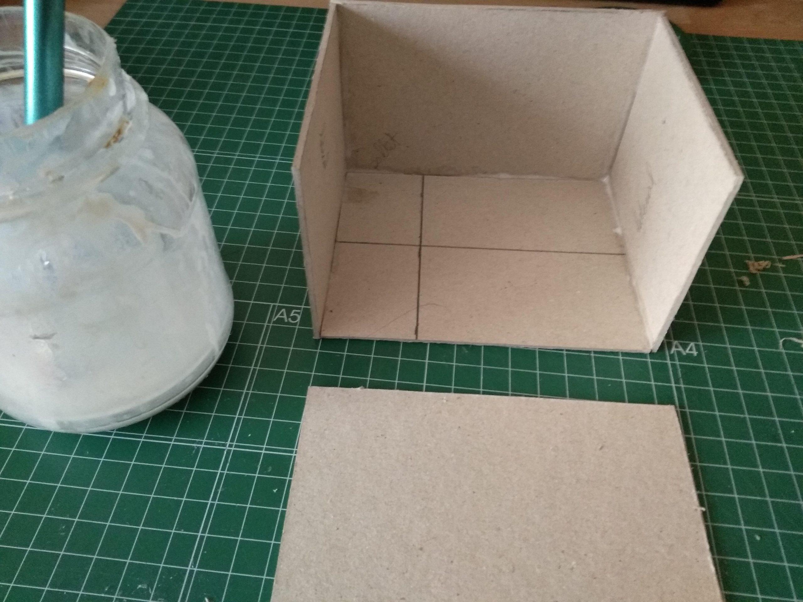 Paredes laterales y trasera pegadas al suelo base