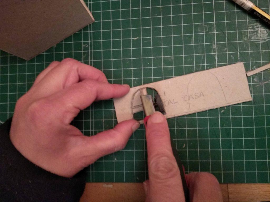 Cortando las ventanas con el cutter