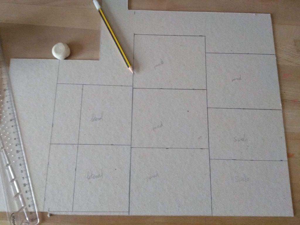 Lámina de cartón con las piezas del proyecto marcadas