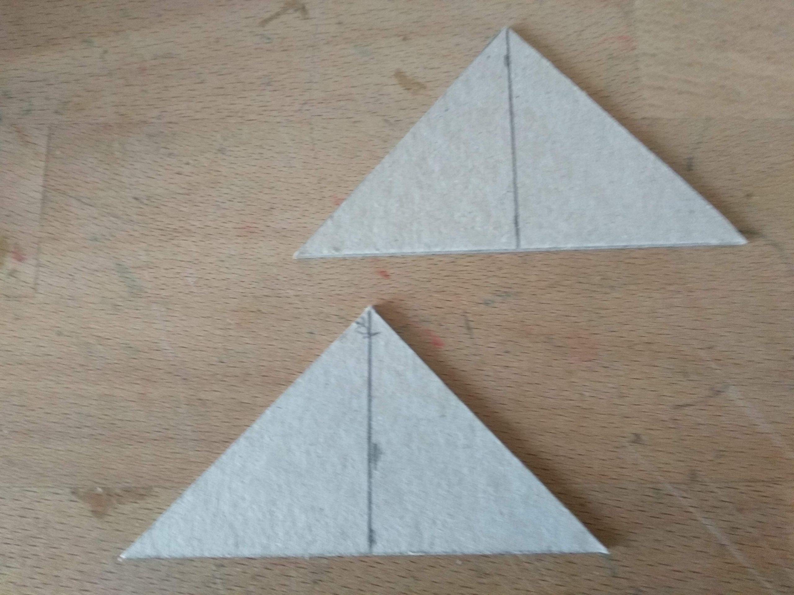 Triángulos de cartón para pegar a los laterales de la casa y darle forma al tejado