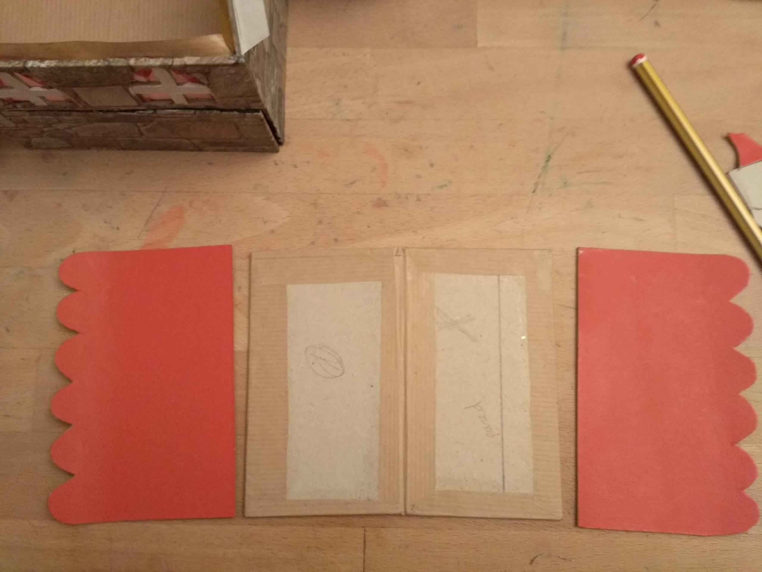 Las cuatro piezas que forman el tejado: las interiores con la bisagra ya creada, y la exteriores pintadas de rojo