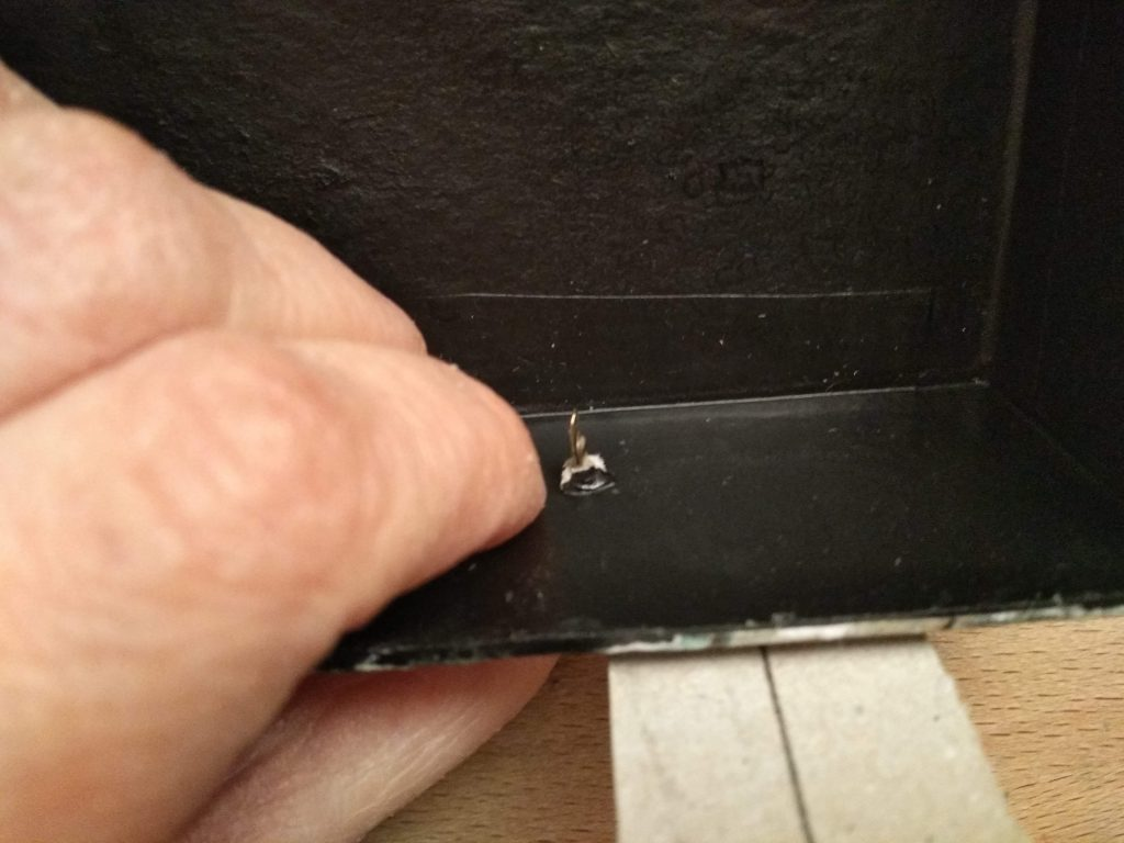 Detalle de la colocación del encuadernador en el cajón