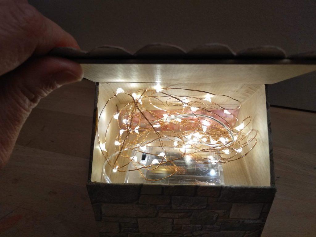 Luces led encendidas en el interior de la casa navideña