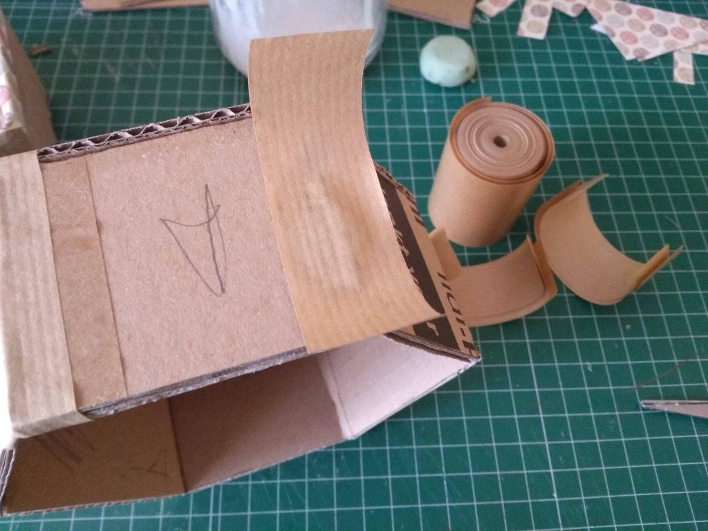 Papel engomado reforzando las esquinas del estante