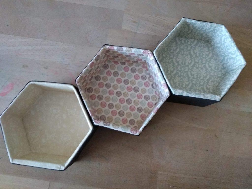 Tres pequeñas estanterías hexagonales pegadas formando una estantería