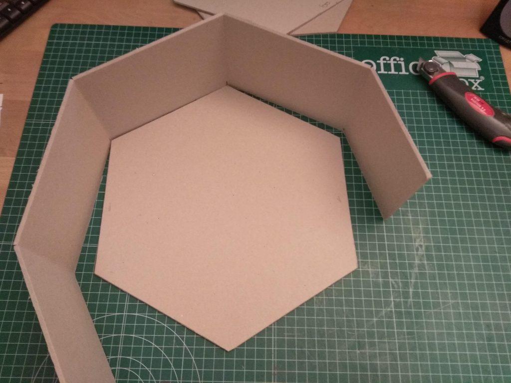 Las piezas del estante hexagonal grande a punto para el ensamblaje