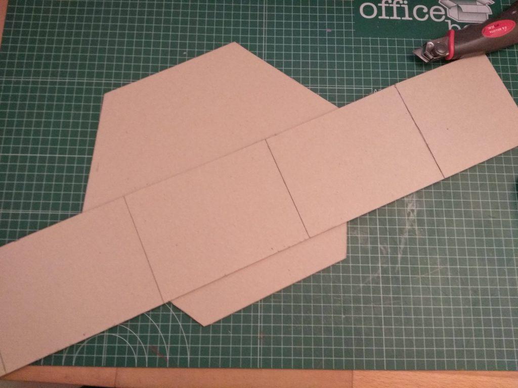 Las dos piezas de cartón necesarias para hacer un estante de colmena grande