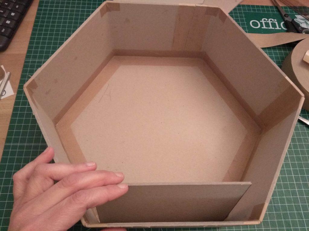 Panel adicional de refuerzo en el lado inferior del estante en forma de panel de abeja
