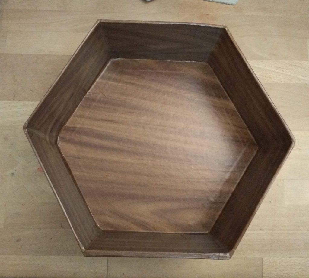 Estante forrado con papel adhesivo imitación de madera