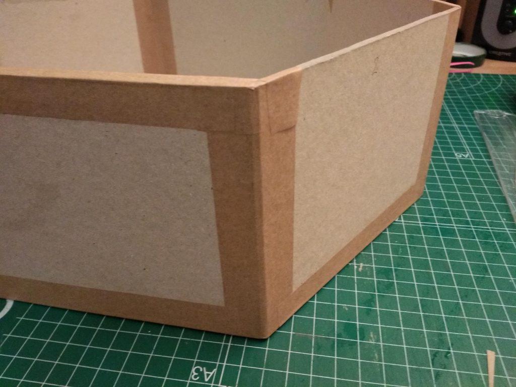 Detalle del refuerzo del estante grande con cinta engomada