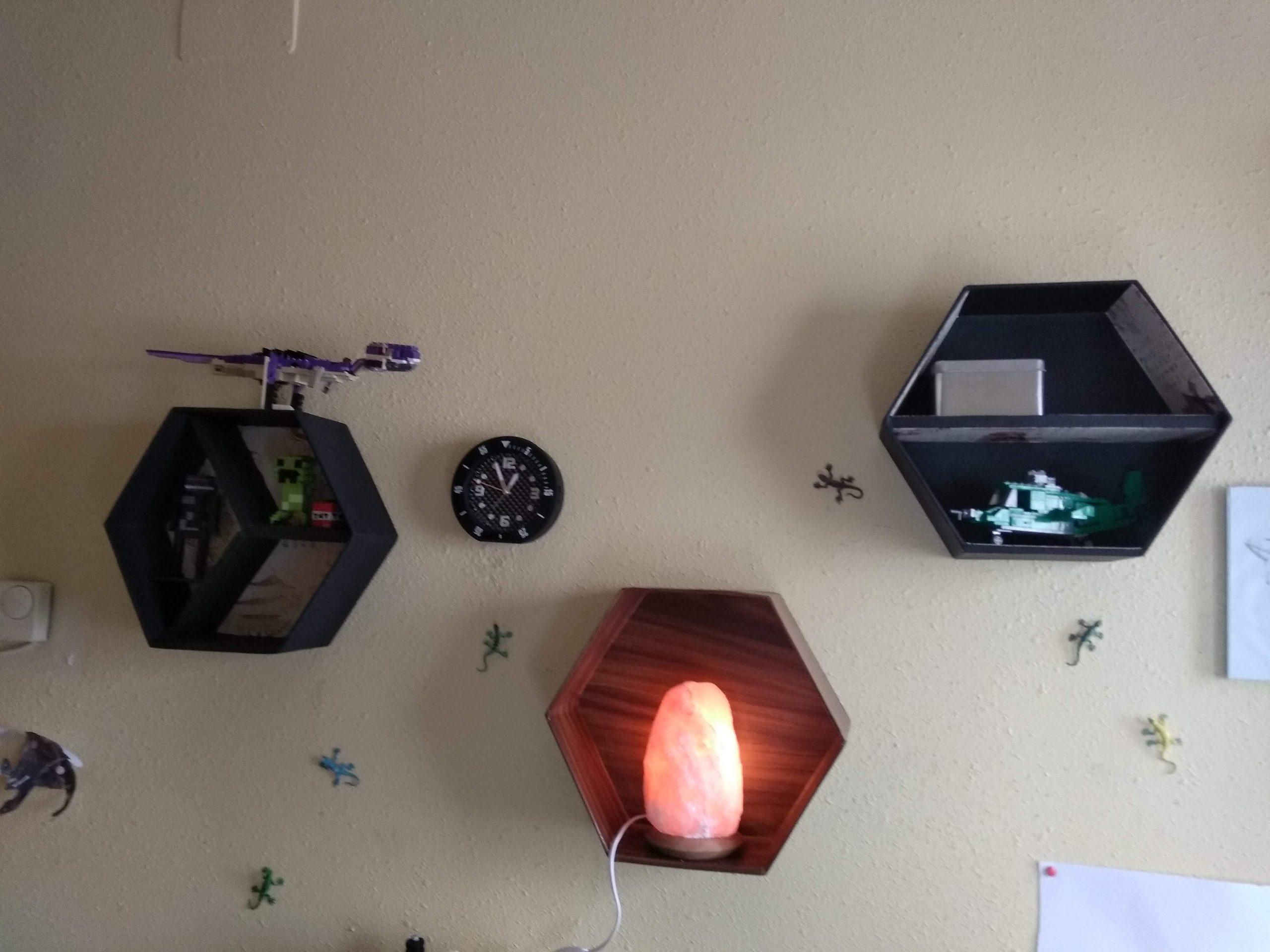 Tres modelos de estantes de colmena grandes colgados en la pared