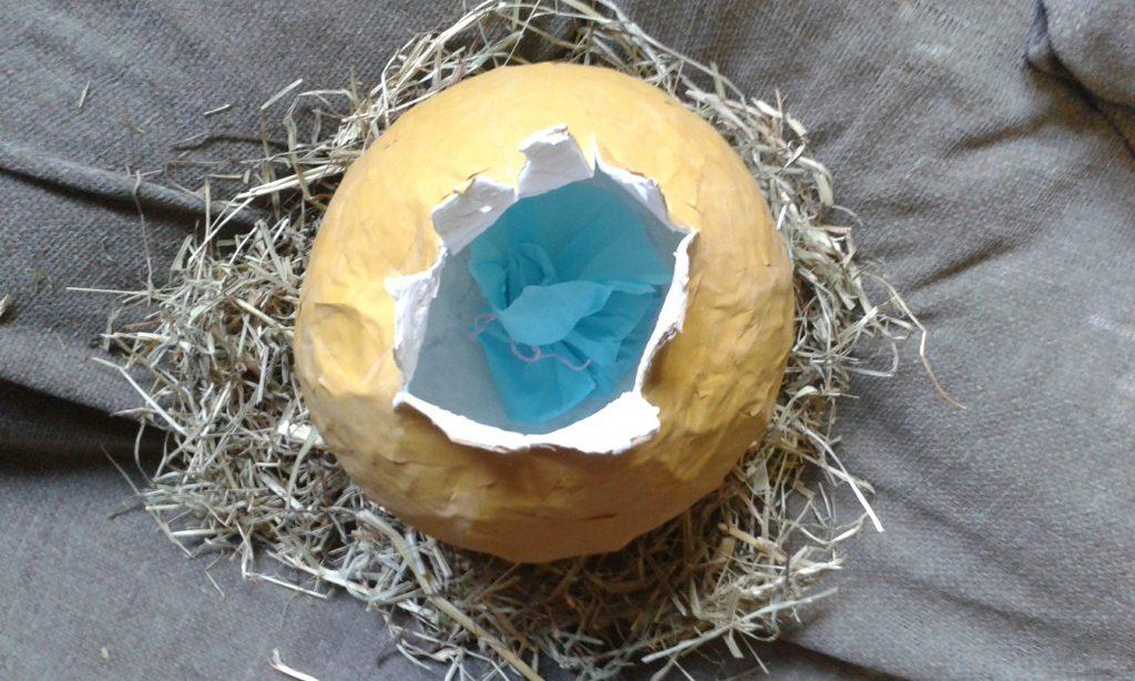 Huevo de dragón hecho con cartapesta