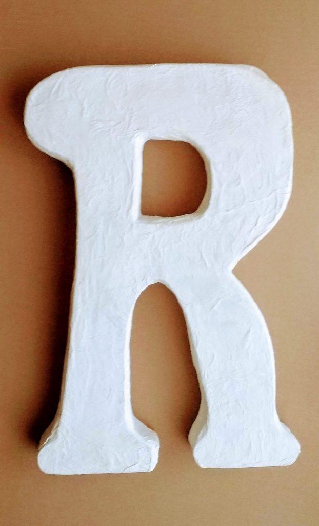 Letra grande de cartón y cartapesta