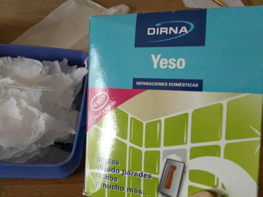 Paquete de yeso y trozos de servilletas de papel