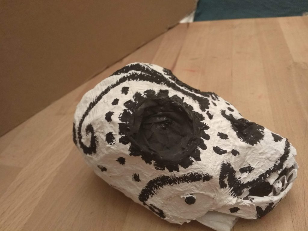 Detalle del lateral de la calavera mexicana decorada y terminada