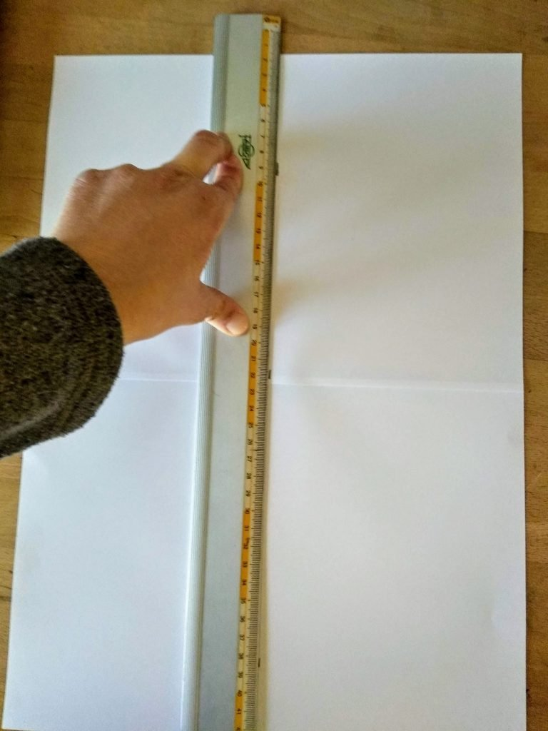Trazando una línea a lo largo del papel