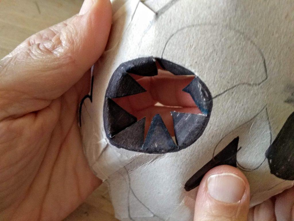Detalle de las cuencas de los ojos con el cartón ya cortado