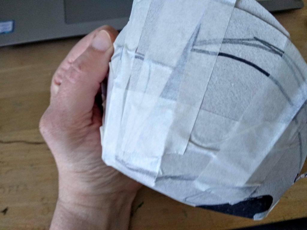 Dando volumen a la calavera mexicana mediante incisiones en el cartón y cinta de carrocero