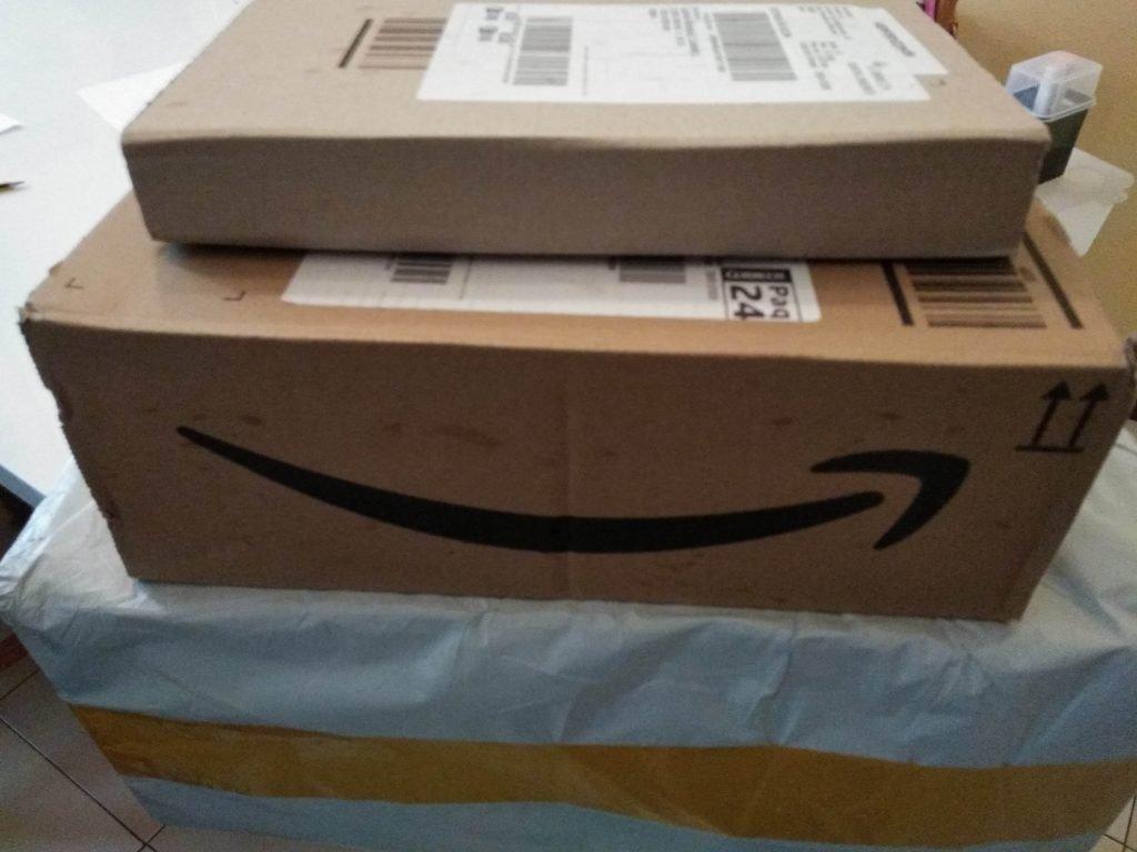 Imagen de cajas de Amazon como ejemplo de packaging ecológico