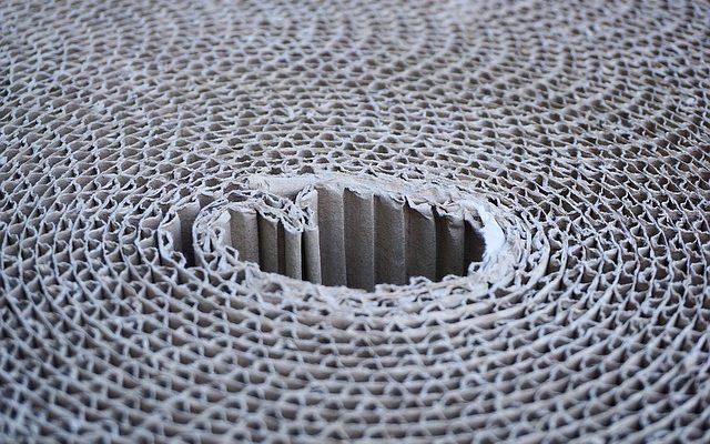 Un rollo de cartón corrugado